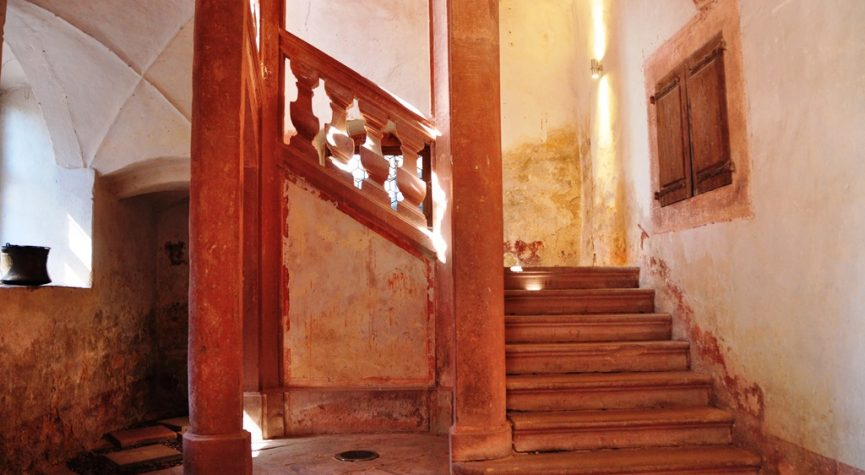 Blog: Treppenhaus zur Neuen Archiv der Burg Wertheim zur Ausstellung KÖRPERHAFT